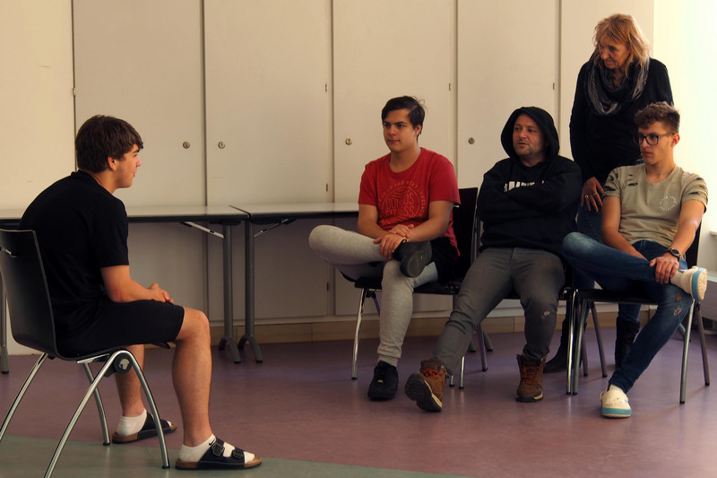 Pupils and actors performing a scene at the improvisation theater workshop